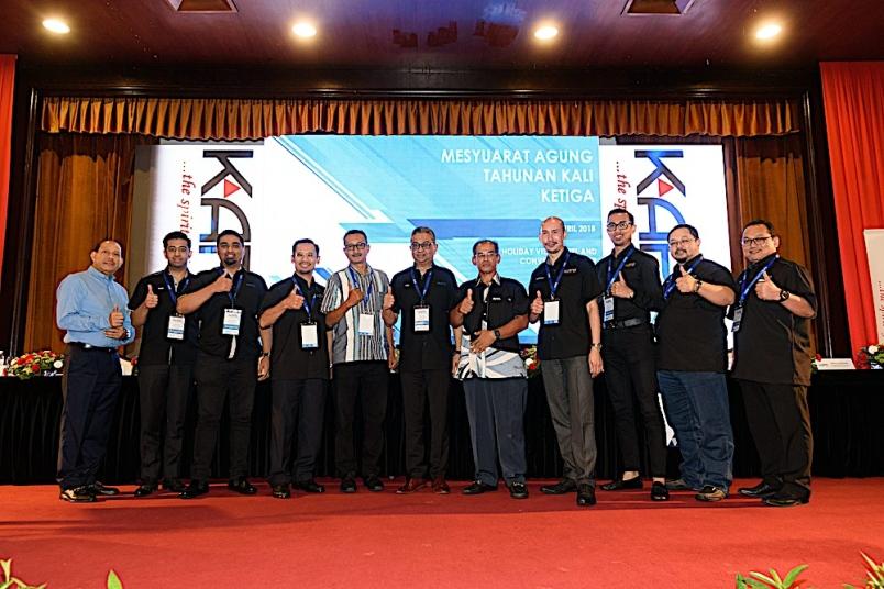 Ilyas (enam dari kanan) selepas AGM KAPB di Subang Jaya semalam.